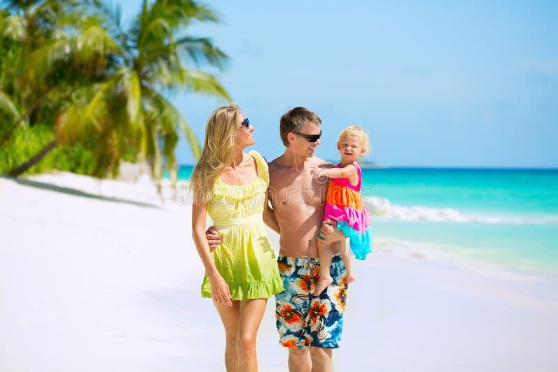 Familia feliz en la playa imágenes de archivo libres de regalías
