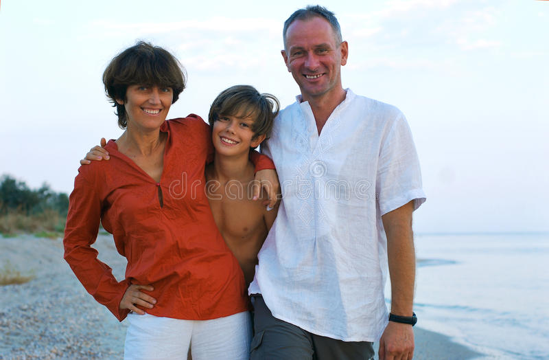 Familia feliz en la playa. imagen de archivo