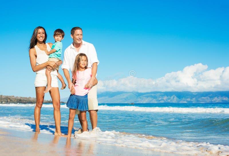 Familia feliz en la playa fotos de archivo libres de regalías