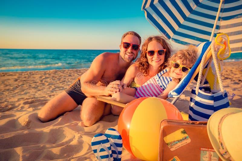 Familia feliz en la playa foto de archivo