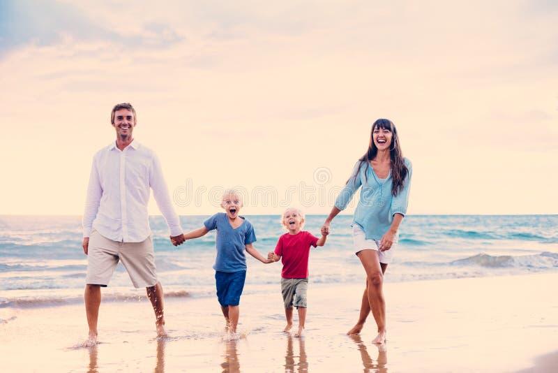 Familia feliz en la puesta del sol fotos de archivo libres de regalías