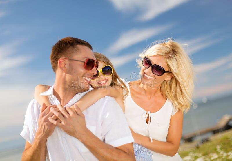 Familia feliz en las gafas de sol que se divierten al aire libre fotos de archivo libres de regalías