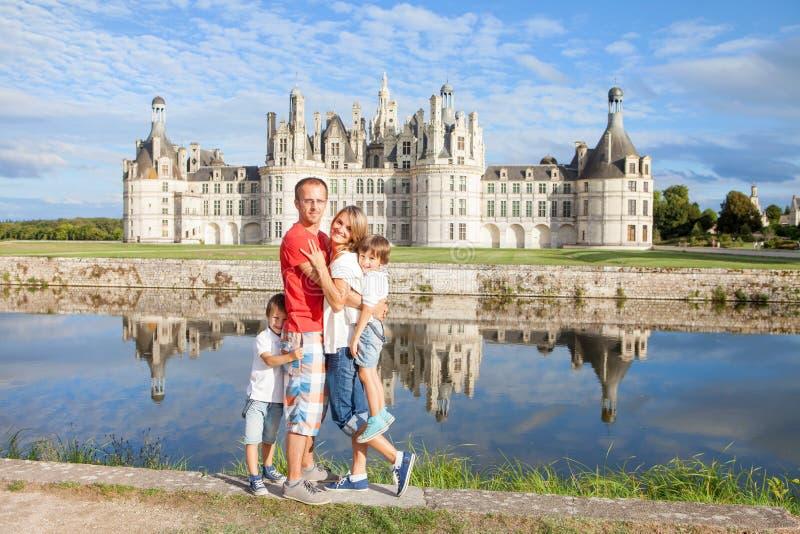 Familia feliz en los chateaux de Chambord, disfrutando de vacaciones de verano foto de archivo libre de regalías