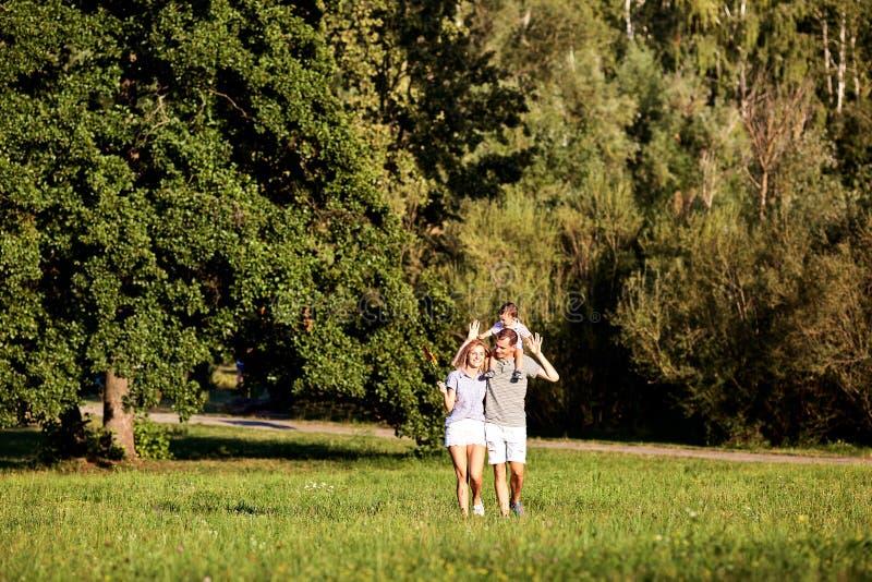 Familia feliz en naturaleza fotografía de archivo libre de regalías