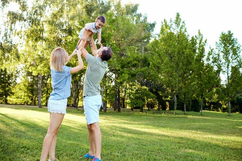 Familia feliz en naturaleza imagen de archivo