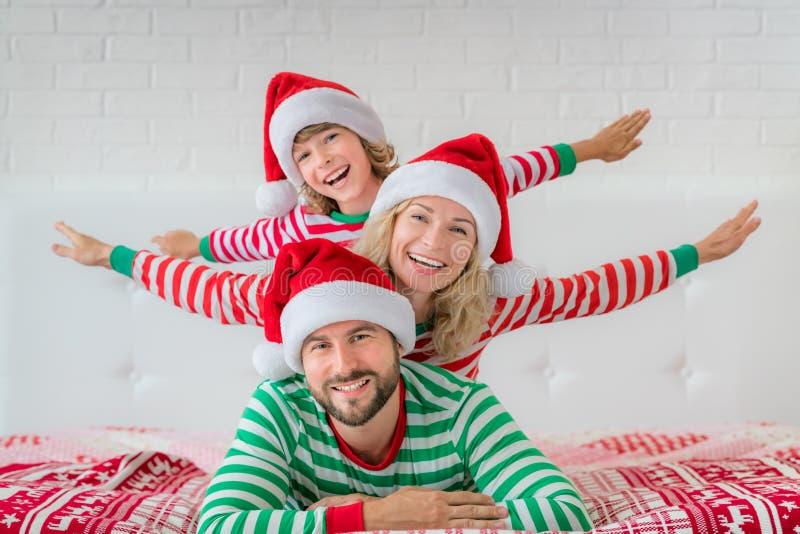 Familia feliz en Nochebuena imagen de archivo