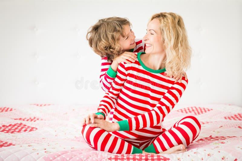 Familia feliz en Nochebuena foto de archivo libre de regalías