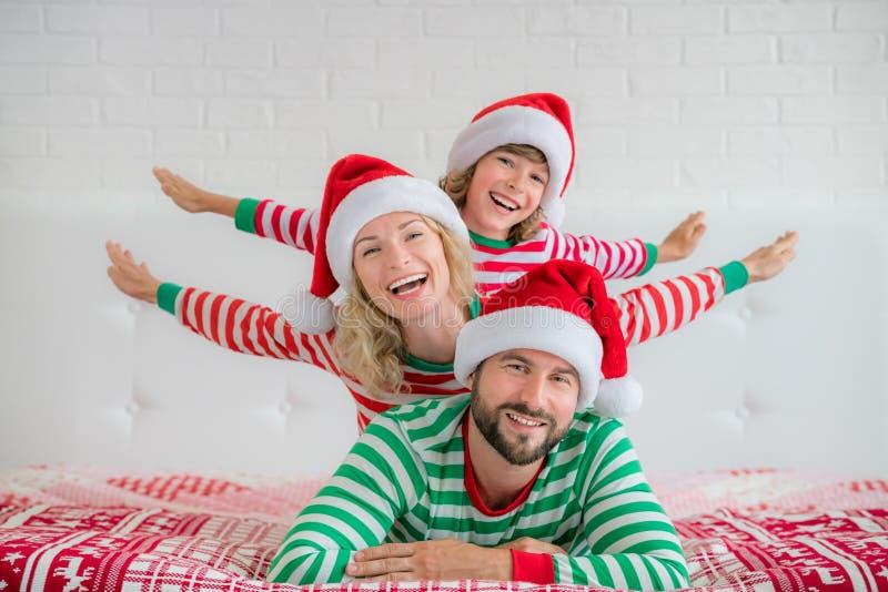 Familia feliz en Nochebuena foto de archivo