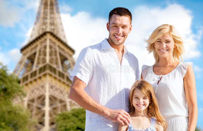Familia feliz en París sobre fondo de la torre Eiffel imágenes de archivo libres de regalías