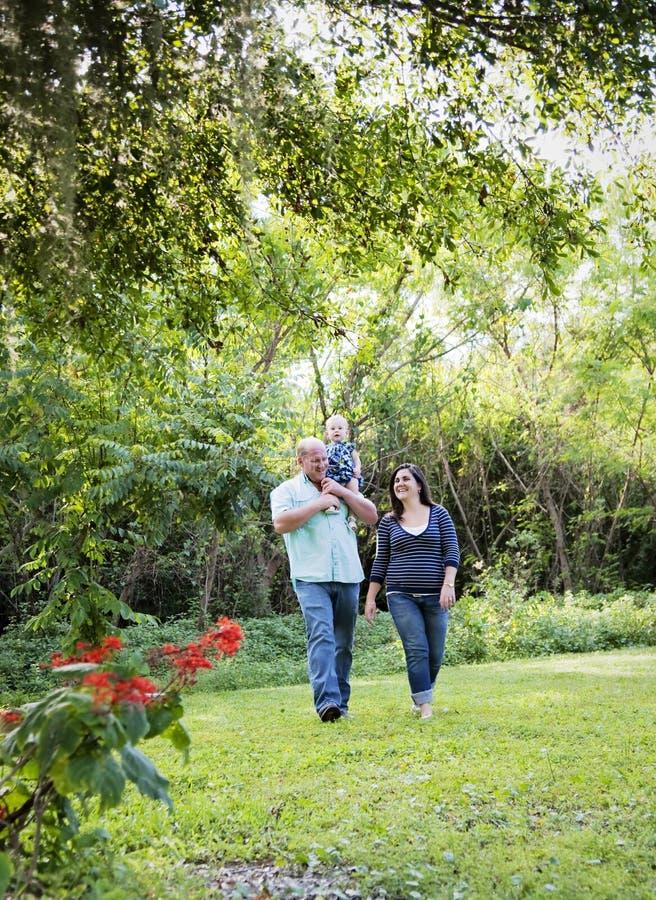 Familia feliz en parque fotografía de archivo libre de regalías