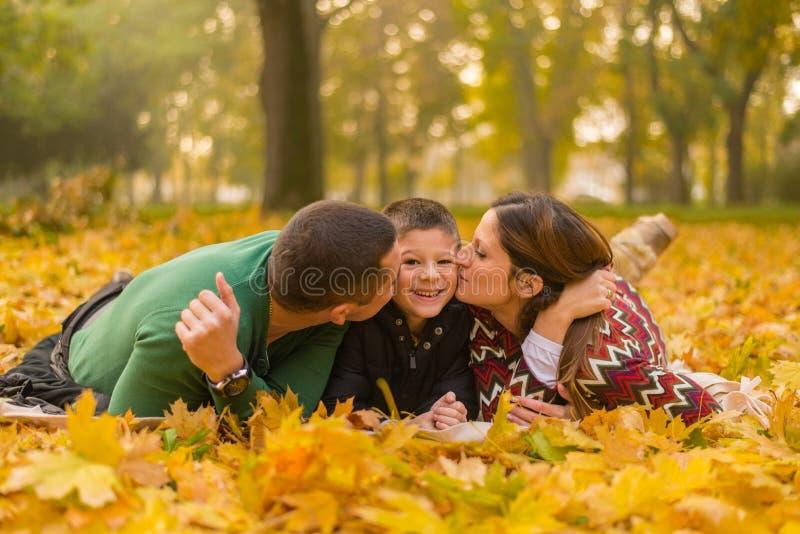 Familia feliz en parque imágenes de archivo libres de regalías