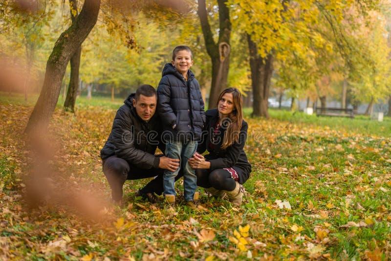 Familia feliz en parque foto de archivo libre de regalías