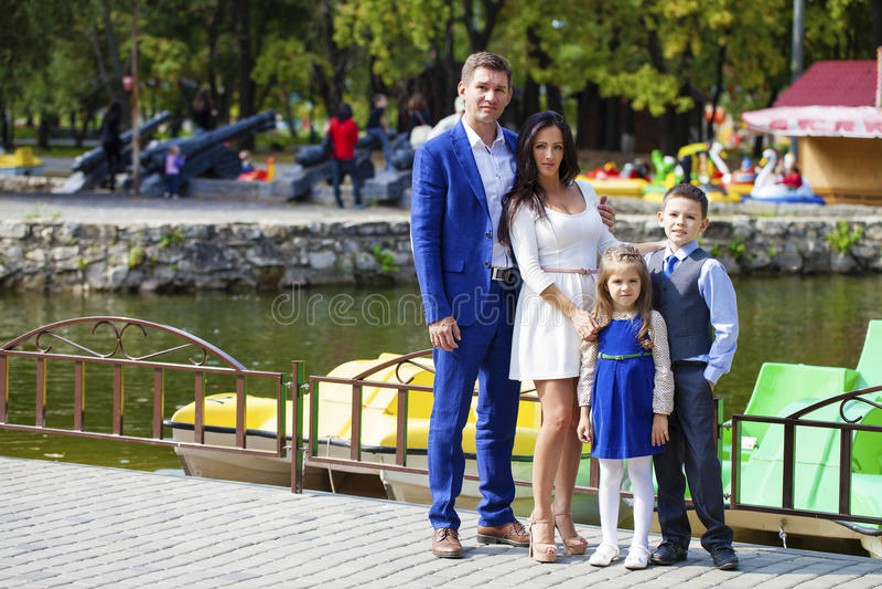 Familia feliz en parque del otoño foto de archivo libre de regalías