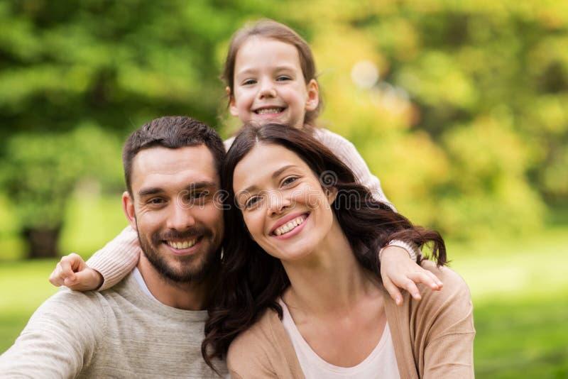 Familia feliz en parque del verano imágenes de archivo libres de regalías