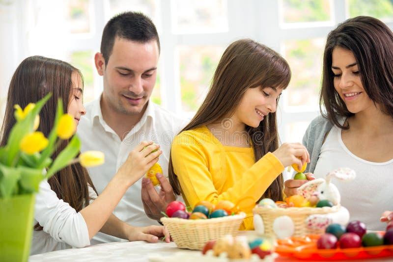 Familia feliz en Pascua foto de archivo