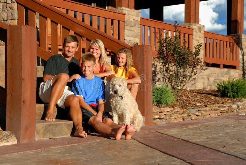 Familia feliz en pasos de progresión delanteros