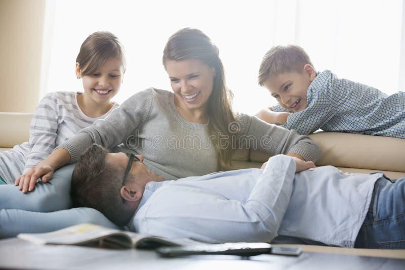 Familia feliz en sala de estar imagen de archivo libre de regalías