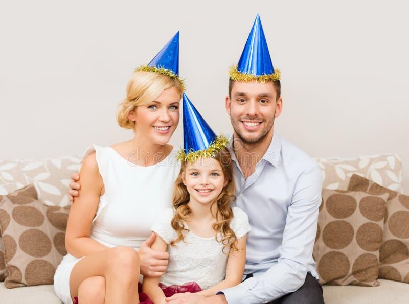 Familia feliz en sombreros que celebra imagen de archivo libre de regalías