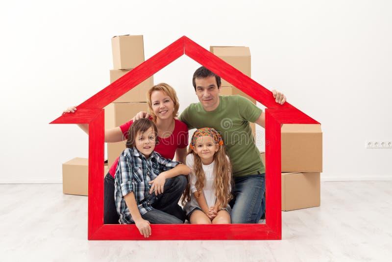 Familia feliz en su nuevo hogar fotos de archivo