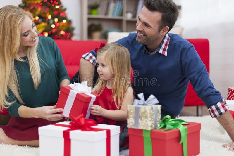Familia feliz en tiempo de la Navidad foto de archivo