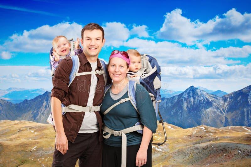 Familia feliz en un día que va de excursión imágenes de archivo libres de regalías