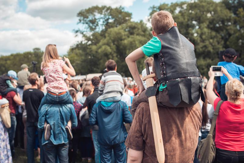 Familia feliz en un festival padres, madres y las suyas hijas de los niños que se divierten y que juegan en naturaleza El niño imagen de archivo libre de regalías