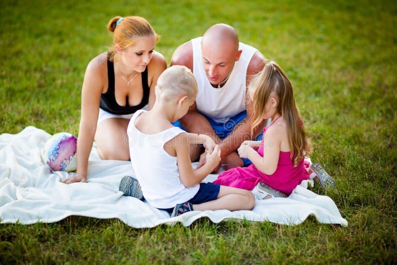 Familia feliz en un parque fotografía de archivo