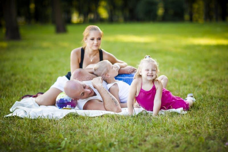 Familia feliz en un parque fotos de archivo