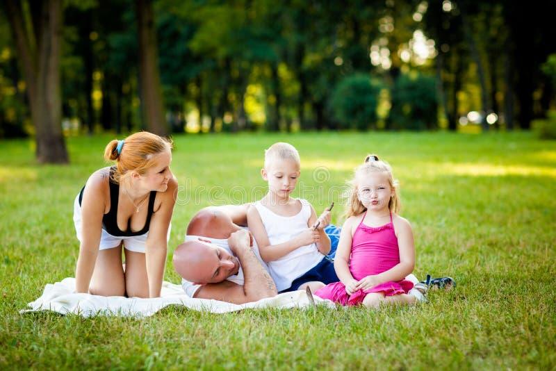 Familia feliz en un parque fotografía de archivo libre de regalías
