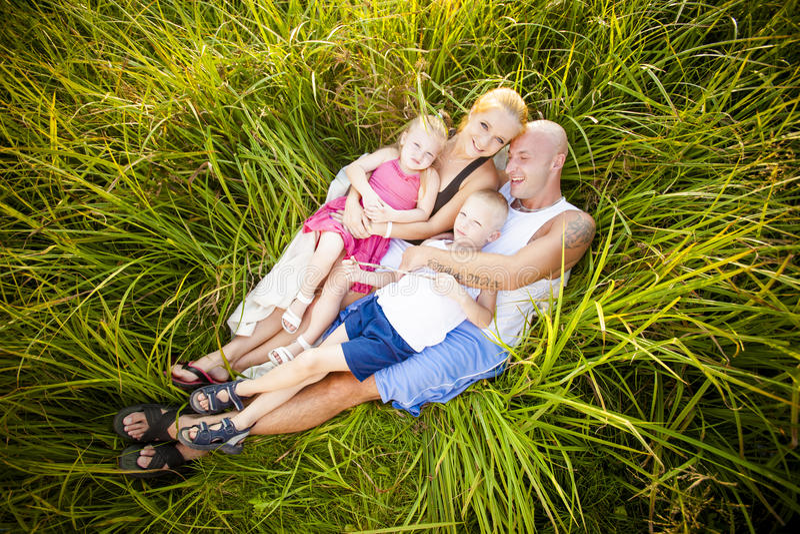 Familia feliz en un parque imagenes de archivo