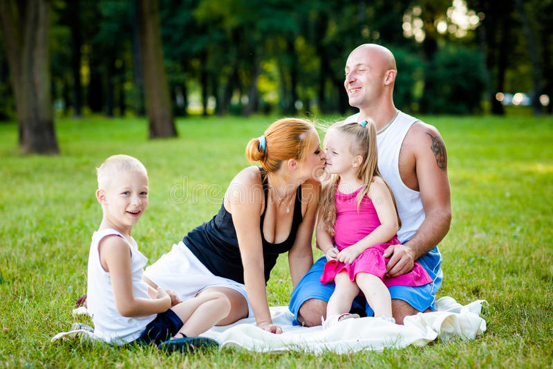 Familia feliz en un parque imagen de archivo libre de regalías