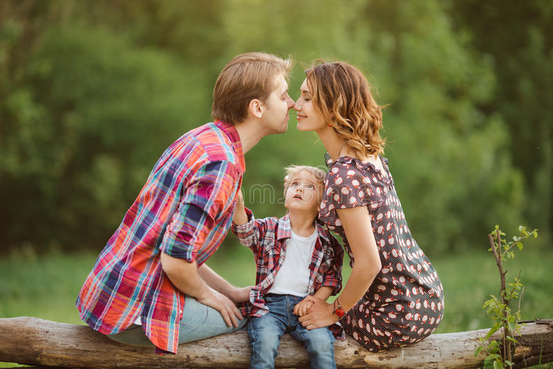 Familia feliz en un parque imagen de archivo