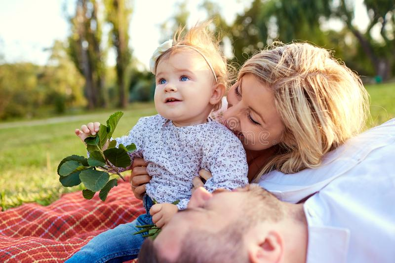 Familia feliz en un parque en otoño del verano fotos de archivo libres de regalías
