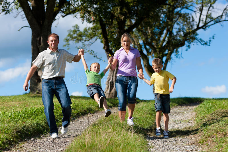 Familia feliz en verano foto de archivo