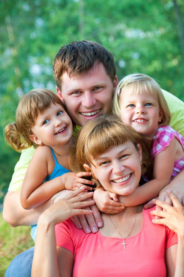 Familia feliz en verano imágenes de archivo libres de regalías