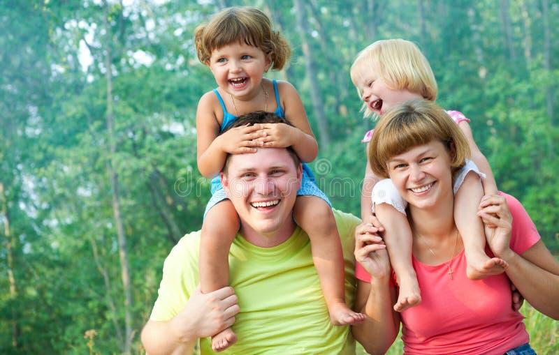 Familia feliz en verano imagen de archivo libre de regalías