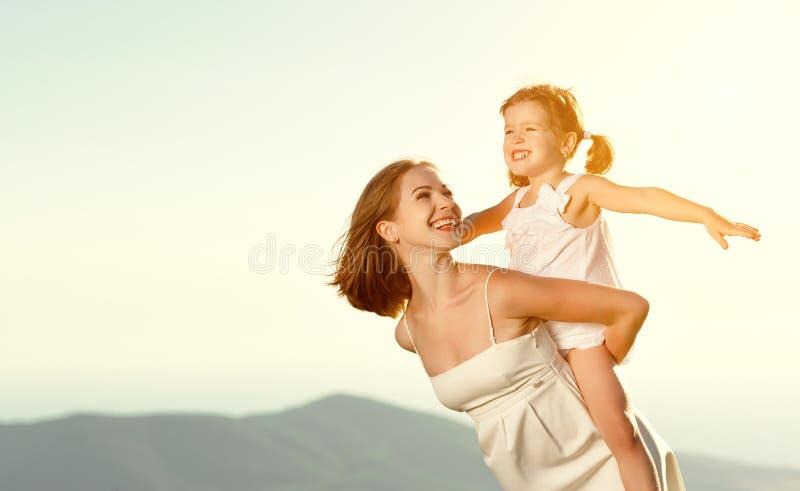 Familia feliz en verano al aire libre hija del niño del abrazo de la madre foto de archivo