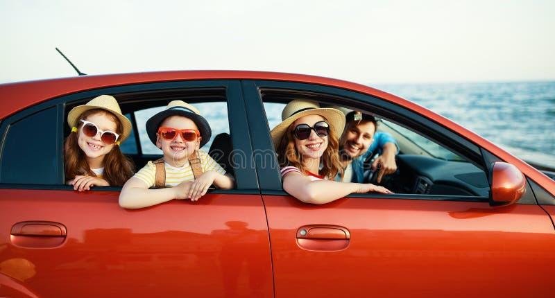 Familia feliz en viaje auto del viaje del verano en coche en la playa fotos de archivo