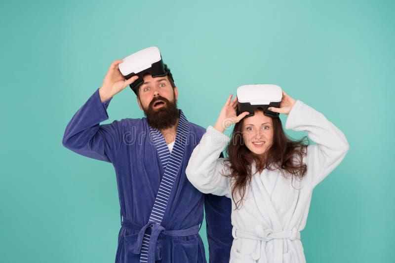 Familia feliz en vidrios del vr Buenos días Realidad virtual Amor Pares en amor Familia Hombre y mujer barbudos en traje foto de archivo libre de regalías