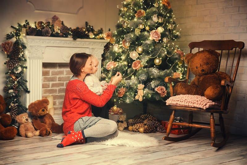 Familia feliz entre decoraciones de la Navidad en casa fotografía de archivo libre de regalías
