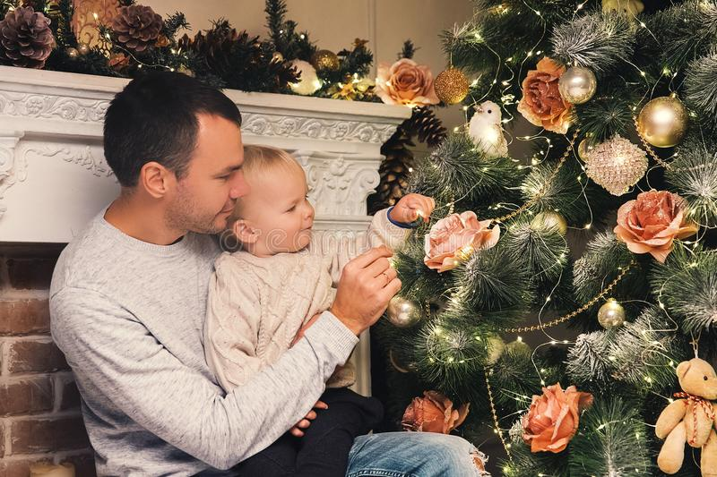 Familia feliz entre decoraciones de la Navidad en casa fotos de archivo libres de regalías