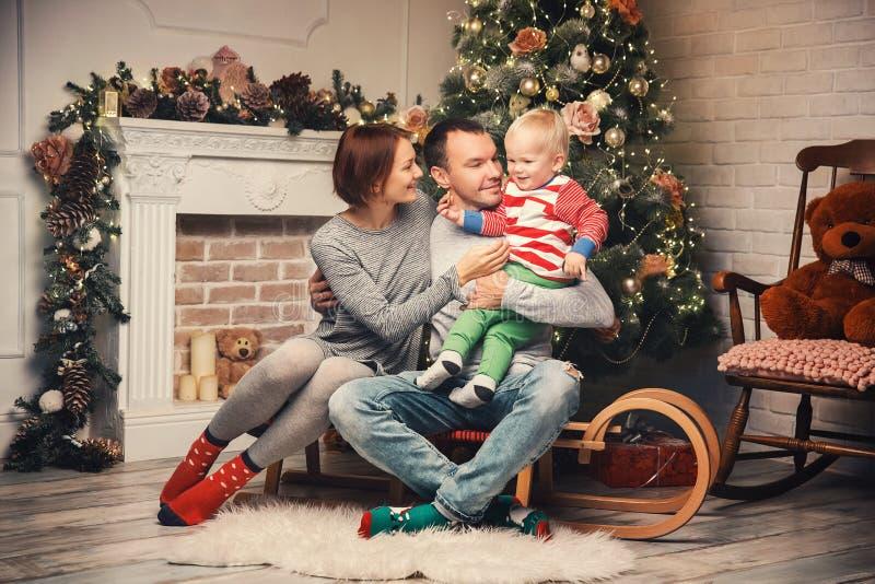 Familia feliz entre decoraciones de la Navidad en casa foto de archivo libre de regalías