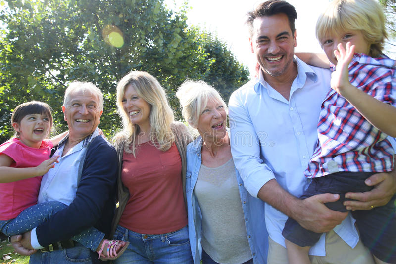 Familia feliz grande que camina al aire libre foto de archivo