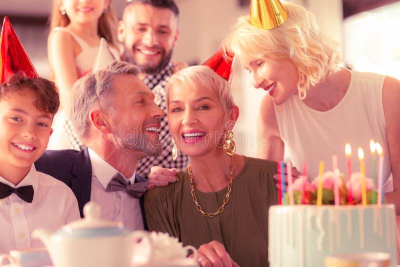 Familia feliz grande que celebra el cumpleaños de la abuelita junto fotos de archivo