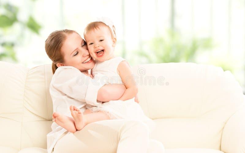 Familia feliz. Hija de la madre y del bebé imagenes de archivo