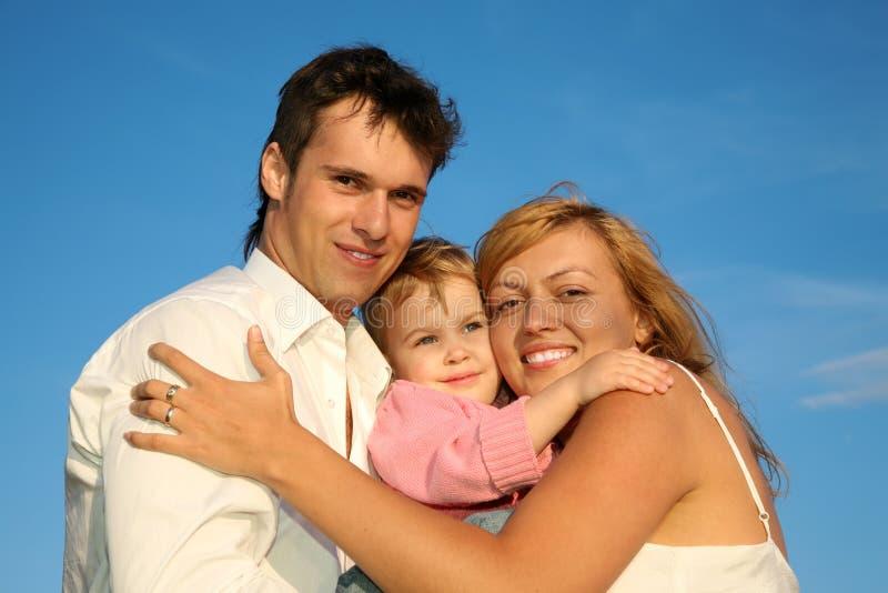 Familia feliz joven