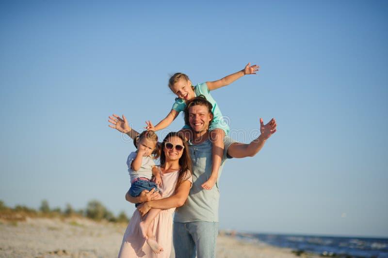 Familia feliz joven en la playa imágenes de archivo libres de regalías