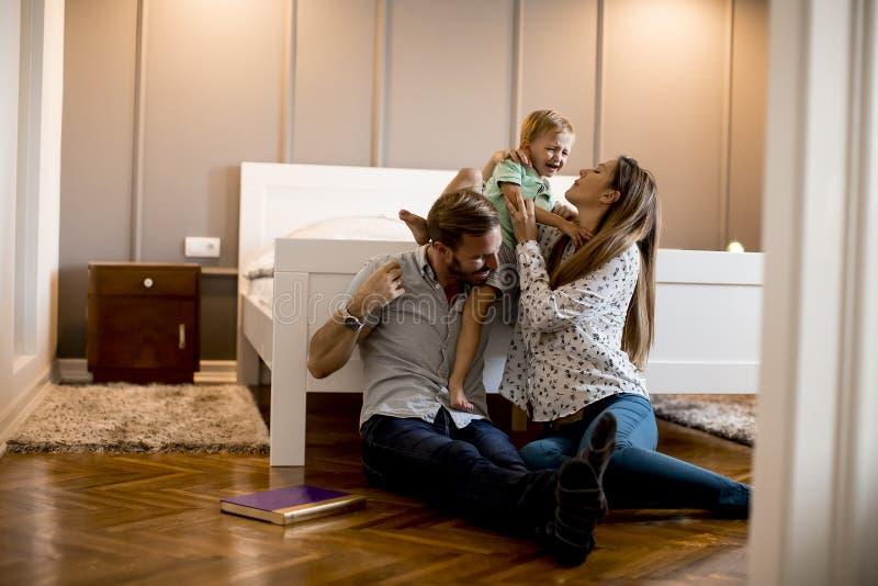 Familia feliz joven imagen de archivo libre de regalías