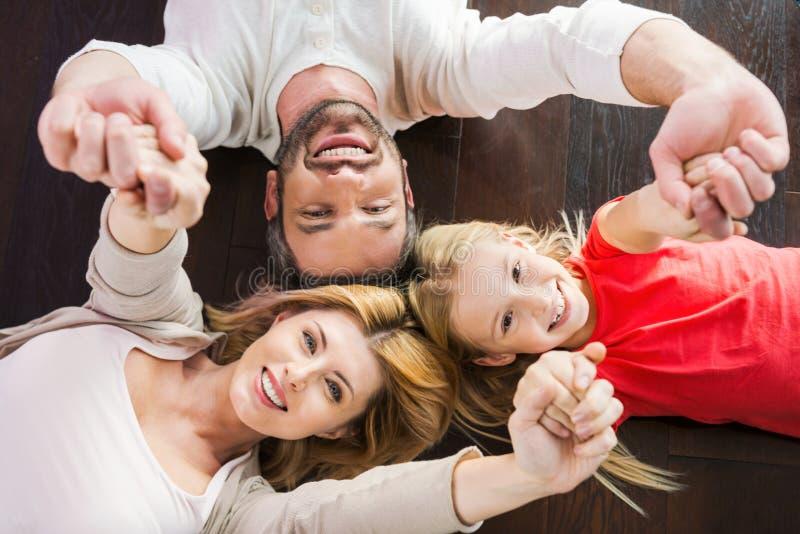 Familia feliz junto imagen de archivo