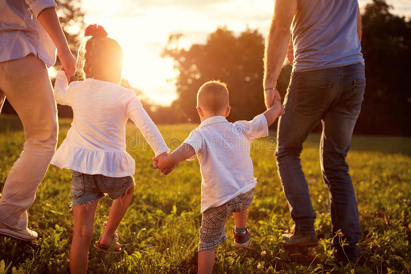 Familia feliz junto, concepto trasero de la vista imagenes de archivo